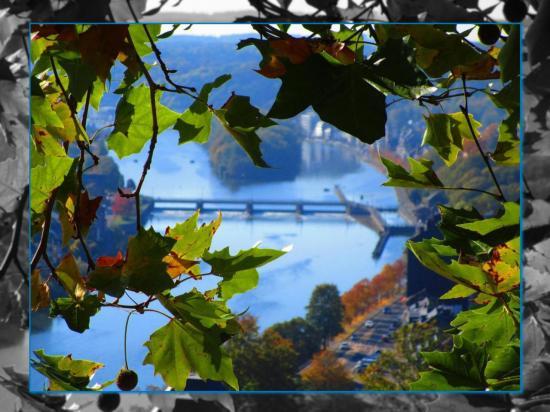 jolie vue sur la vallée de la Meuse et l'écluse de La Plante