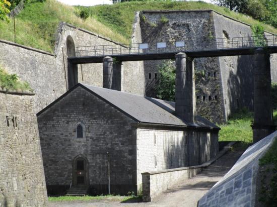 caponnière, sous le pont de Médiane